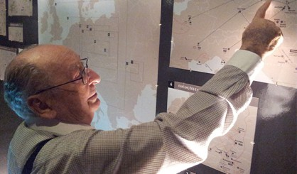 Aleksander Henry Laks visiting the Holocaust Museum of Curitiba, identifying in the map the death march he participated in with his father, from Gross-Rosen to the concentration camp in Flossenbürg, in Germany.
